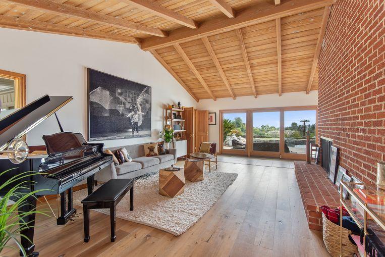 De woonkamer, met vleugelpiano.