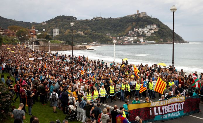 Des dizaines de milliers de manifestants ont repris la rue ce samedi, notamment à Barcelone, pour exiger que la justice soit faite pour les indépendantistes condamnés et afin que la question de l'indépendance de la Catalogne soit abordée par Madrid, au lendemain de heurts qui ont fait plus de 180 blessés