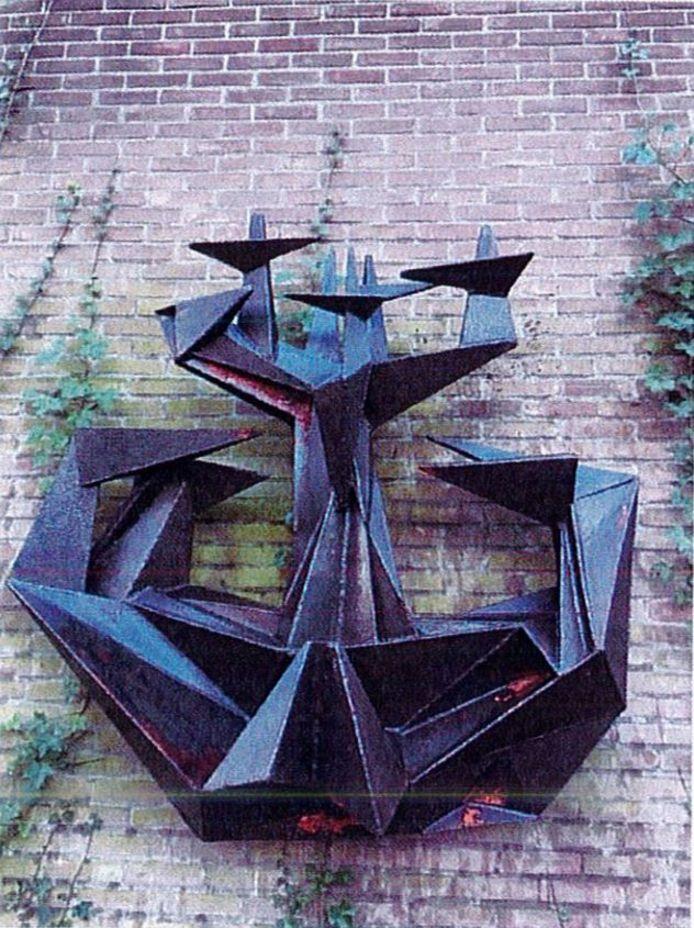 Beeld van kunstenaar Kees Keijzer. Het beeld zat aan de voorgevel van de voormalige Mariaveld mavo, later kbs Laurentius, op de hoek van de Keermanslaan in Breda.