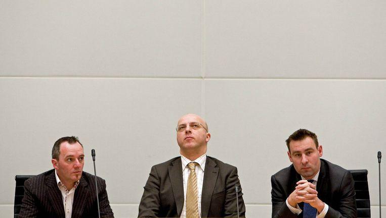 PVV-leden Machiel de Graaf (L), lijsttrekker Sietse Fritsma (M) en Richard de Mos (R) tijdens de definitieve uitslag van de gemeenteraadsverkiezingen in Den Haag. © anp Beeld null