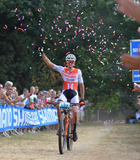 Mathieu van der Poel voltooit unieke hattrick op NK mountainbiken