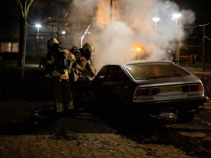 Oldtimer in brand op verlaten parkeerplaats in Wouw