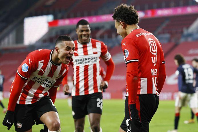 Mohamed Ihattaren en Denzel Dumfries lopen richting doelpuntenmaker Donyell Malen.