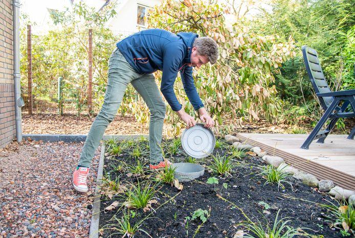 Ermeloër Erik Koster heeft in zijn tuin infiltratiekratten in de grond laten zetten. De regenpijpen van het huis zijn hierop aangesloten, zodat regenwater behouden blijft voor de eigen tuin. Koster heeft hiervoor subsidie gekregen via Veluwe Duurzaam.