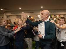 Leraar Peter Blokker krijgt bronzen medaille voor redden van drenkeling in Baarn