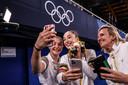 Bij het winnen van een gouden medaille horen ook de nodige selfies.