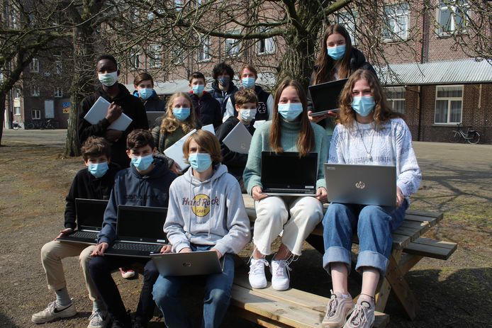 Deze leerlingen van College ten Doorn zijn alvast verknocht aan hun laptop.