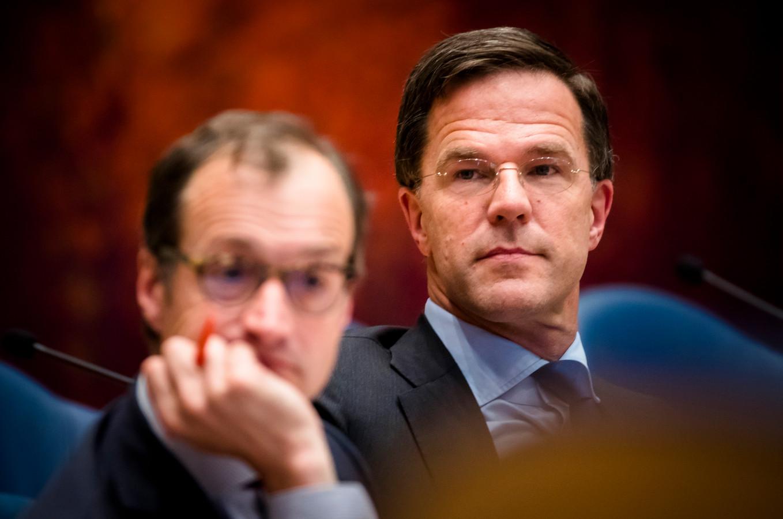 Premier Rutte en minister Wiebes  tijdens het Tweede Kamerdebat over de omstreden memo's rond de afschaffing van de dividendbelasting.