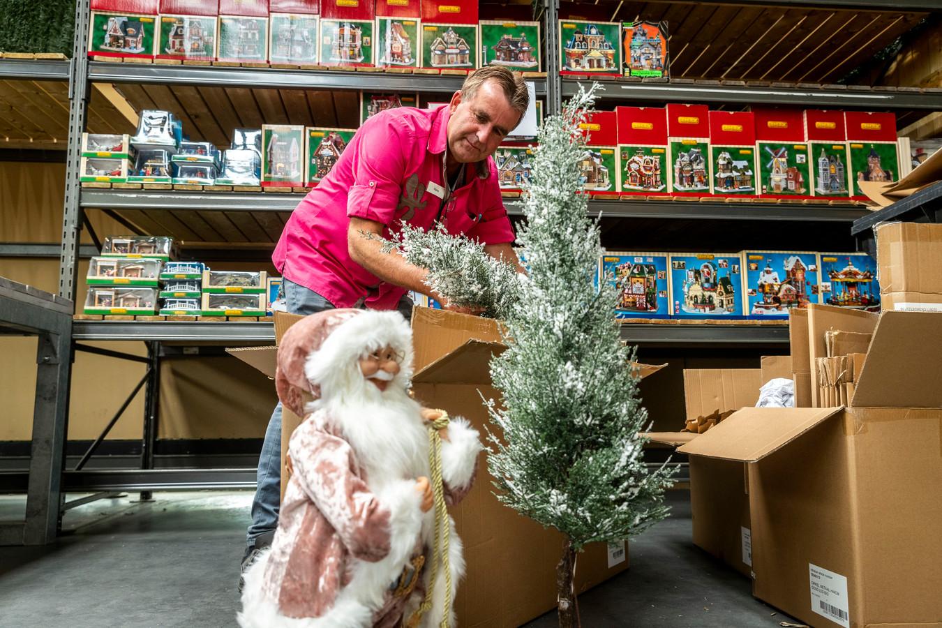 Hans van der Vleuten van de Intratuin in Nuenen is al begonnen met de kerstinrichting.
