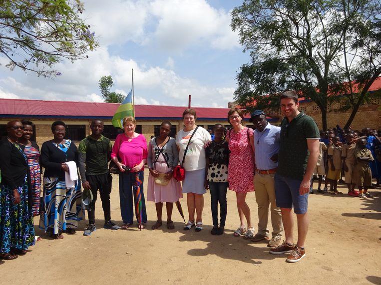 Anne Maes van de vzw Isaro en schepenen Annemie De Gussem, Viviane De Preester en Thomas Van Ongeval op bezoek in Rwanda.