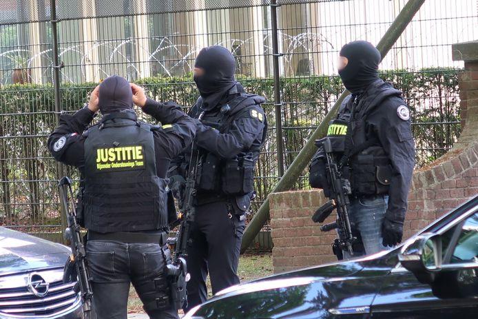 Een zwaarbewapend arrestatieteam moest er donderdag aan te pas komen om de medewerker van Den Hey-Acker te bevrijden en de drie jonge gedetineerden af te voeren.