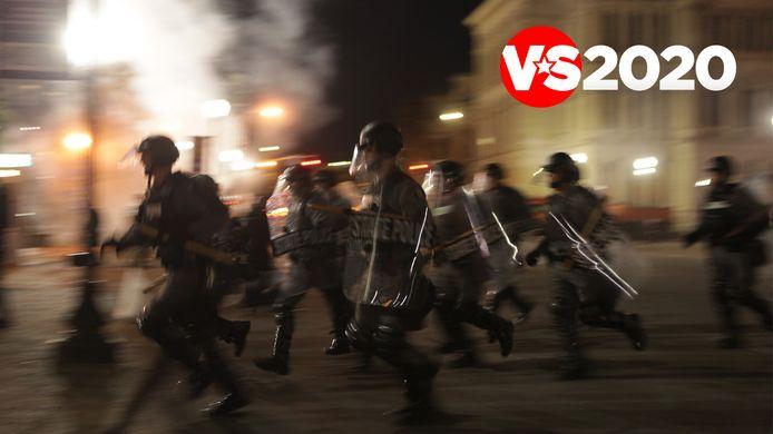 Politieagenten chargeren tijdens de protesten van woensdagnacht in Louisville.
