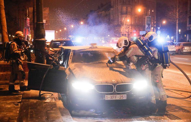 Een uitgebrande wagen in Molenbeek op nieuwjaarsdag 2020. Beeld EPA