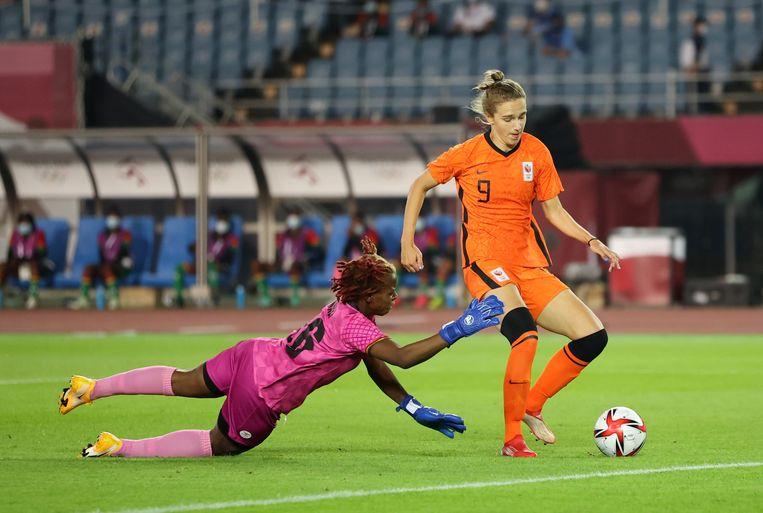 Vivianne Miedema passeert doelvrouw Hazel Nali van zambia, 1-0. Beeld REUTERS