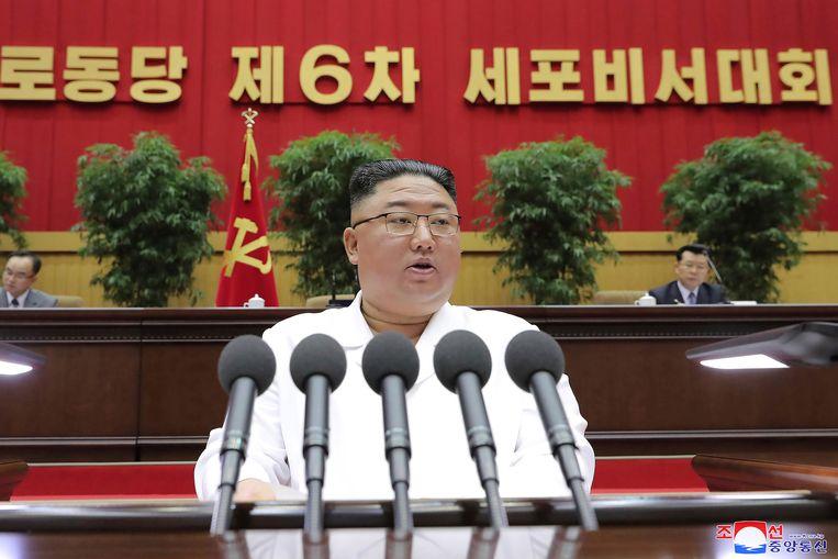 De Noord-Koreaanse leider Kim Jong-un spreekt het partijcongres toe in Pyongyang.  Beeld AP