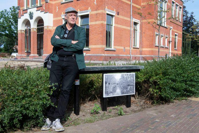 Beeldend kunstenaar Carel Lanters bij het bankje met de foto die hij maakte van de Berkel in het Duitse Gescher.