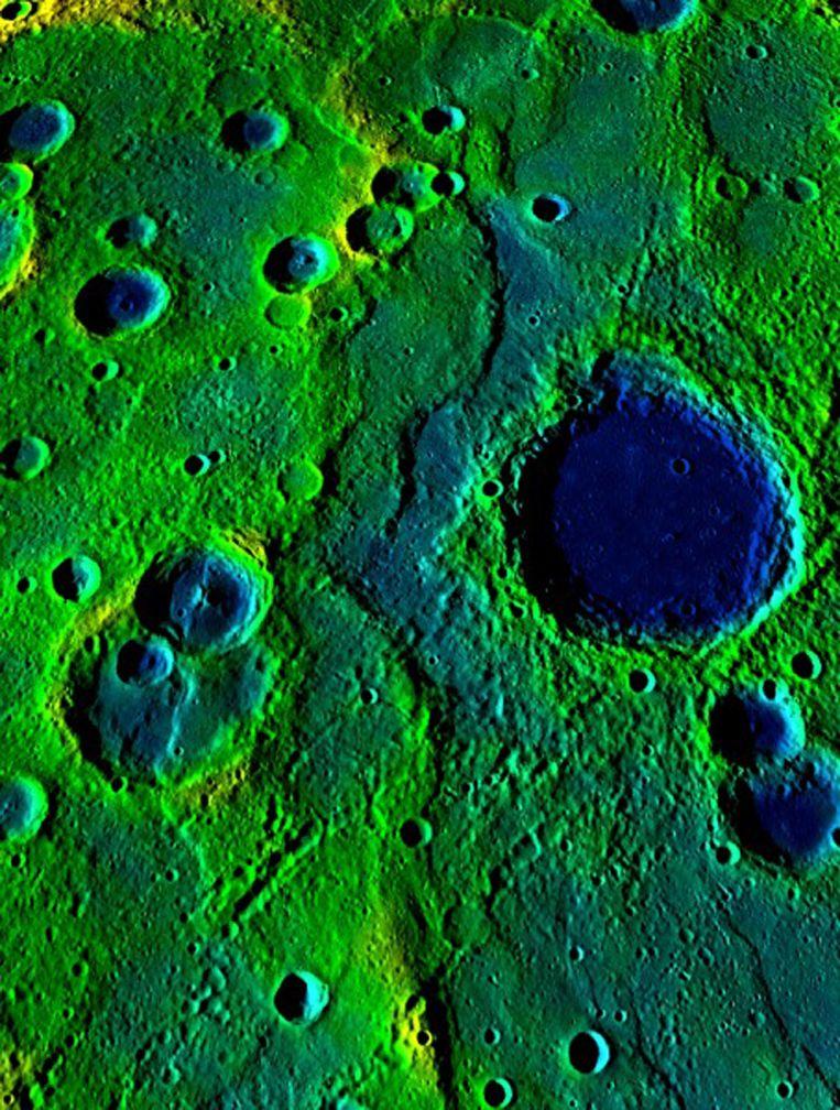 Valsekleurenfoto van 'kreukelzones' op Mercurius. Beeld NASA