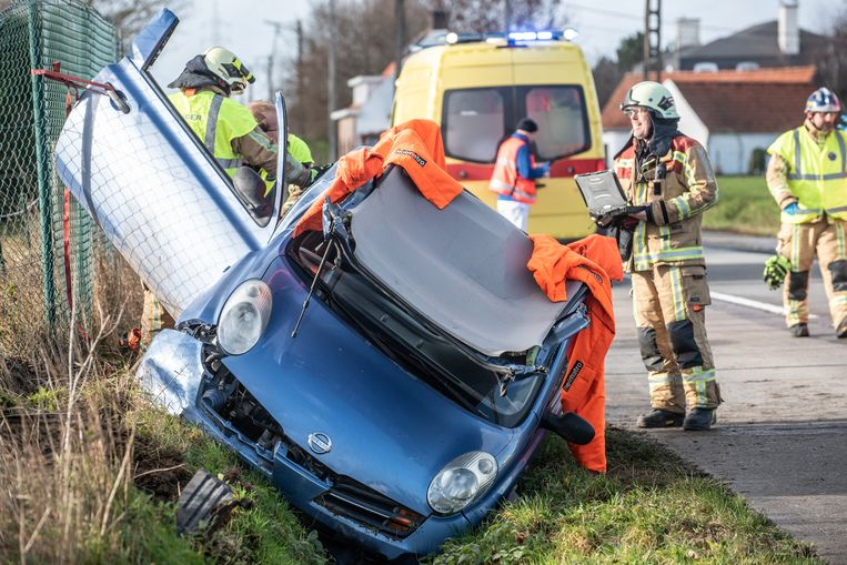 Een team van de brandweerpost Oudenaarde moest de vrouw uit haar auto bevrijden.
