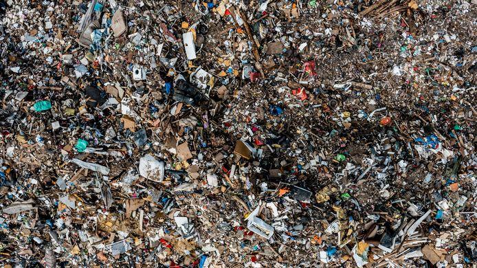 De afvalberg die hier bij de stad Luik op een industrieterrein verzameld wordt, dijkt verder en verder uit...