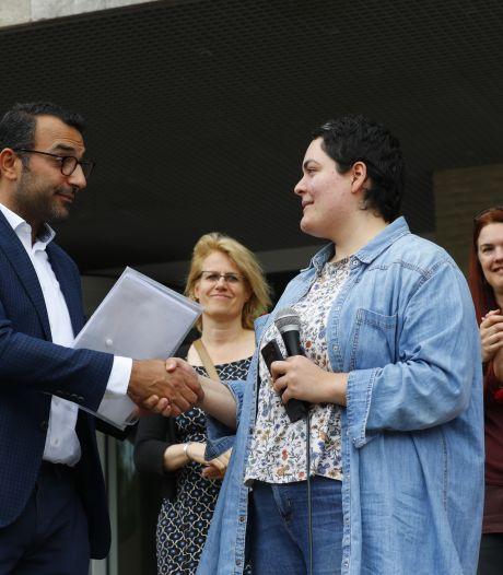 Petitie tegen demonstratie van Pegida in Eindhoven 3.445 keer getekend en overhandigd aan wethouder
