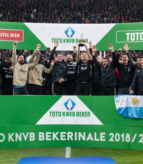 Foutje: letter 'f' mist in 'bekerfinale' bij huldiging Ajax op het veld
