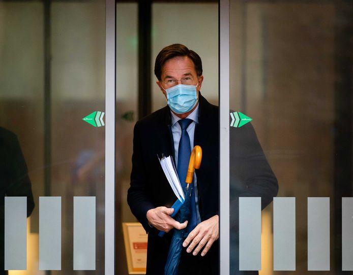 Premier Rutte arriveert in de Tweede Kamer. Het kabinet heeft al besloten om een negatief reisadvies af te geven voor vakantiereizen naar het buitenland in de kerstvakantie.