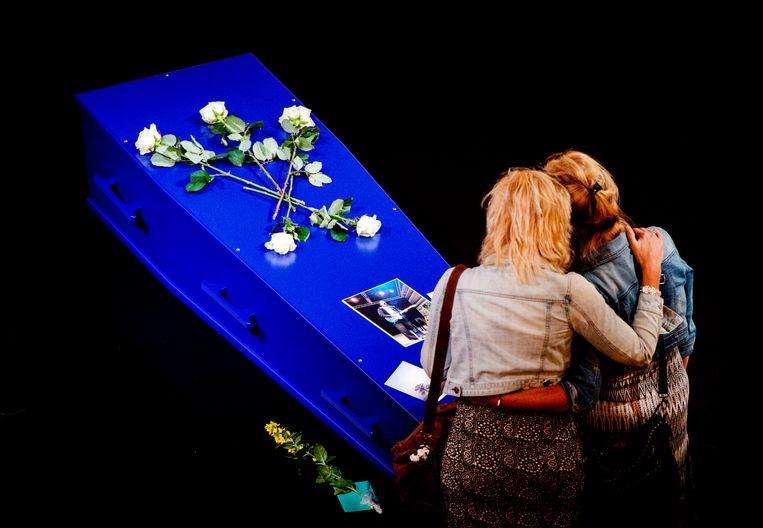 Het publiek kan vandaag een laatste groet brengen aan Thé Lau in concertzaal Paradiso in Amsterdam. Beeld ANP