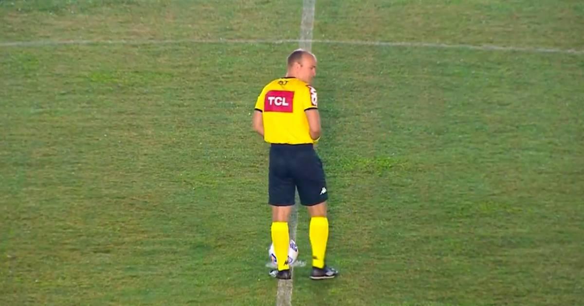Braziliaanse scheidsrechter plast vlak voor aftrap in zijn broek en zorgt voor bizar beeld - AD.nl