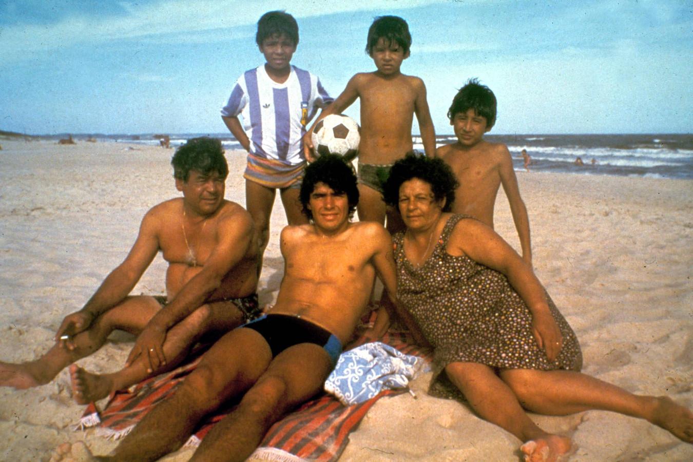 Diego Armando Maradona met zijn broertjes, vader Diego en moeder Dalma Franco Tota op het strand in 1981.