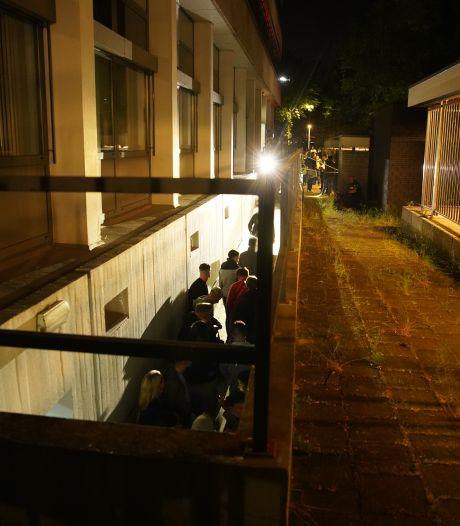 261 boetes op illegale raveparty in Deventer kelder: ME veegt pand leeg en vindt 20 verstopte jongeren