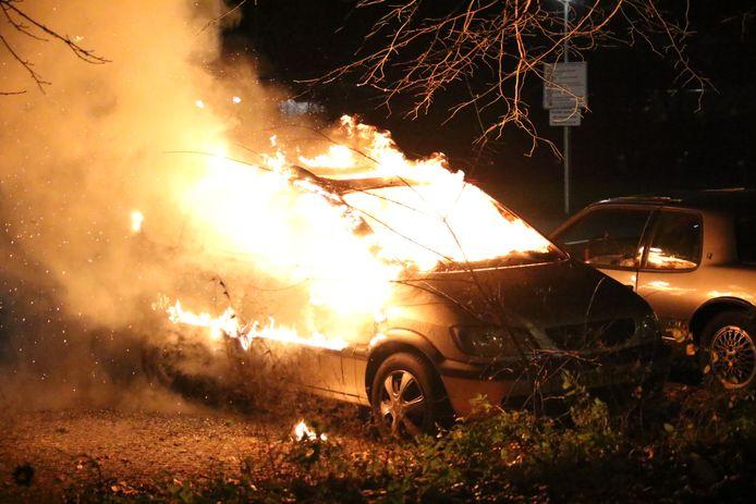 Een auto gaat in vlammen op aan de Passievruchtstraat