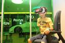 Een leerling met een VR bril in de VR Bios.