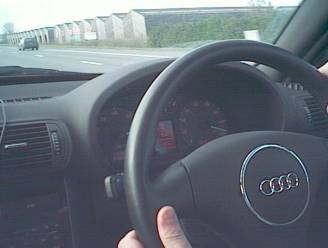 """Automobilist krijgt 2 maanden rijverbod en moet opnieuw slagen voor rij-examens: """"240 km/u is snelheid voor op circuit."""""""