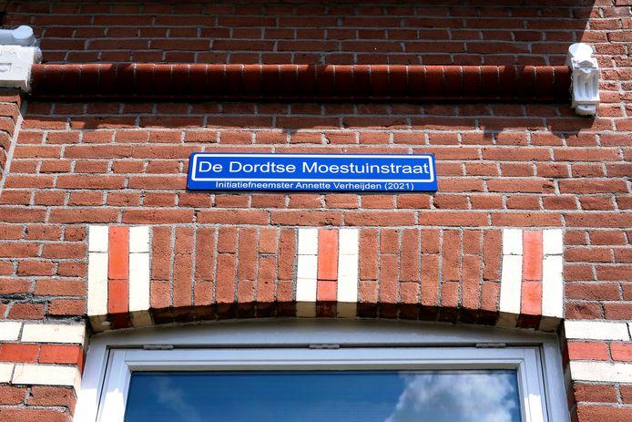 Het straatnaambordje 'De Dordtse Moestuinstraat' in de De La Reystraat