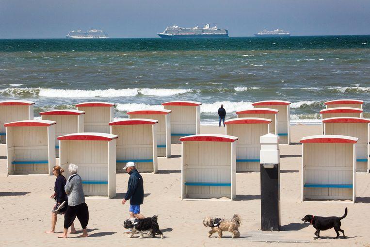 Voor de kust  van Katwijk liggen drie grote cruiseschepen voor anker. Vanaf het strand zijn de 'drijvende dorpen' goed te zien. De kust tussen Katwijk en Scheveningen is een soort parkeerplaats voor schepen die tijdelijk 'niets te doen' hebben.  Beeld Arie Kievit