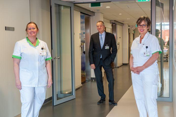 Ingeborg Schuitemaker (links) heeft nog geen vaccin gekregen, haar collega Gera Klaasse wel. In het midden  GHZ-directeur Lodewijk de Beukelaar.