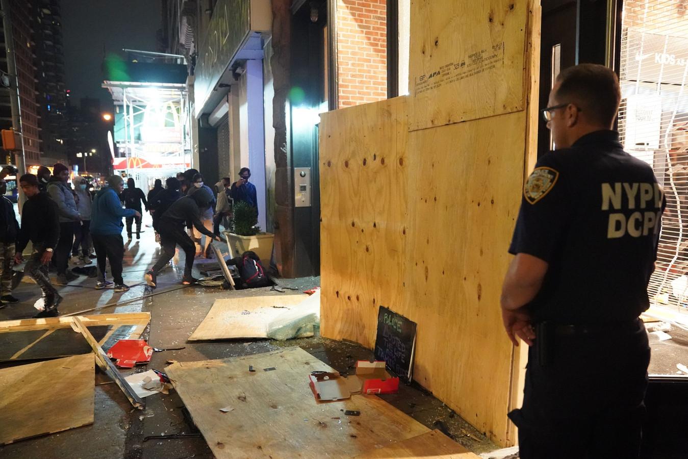 Opnieuw rellen en plunderingen in New York.