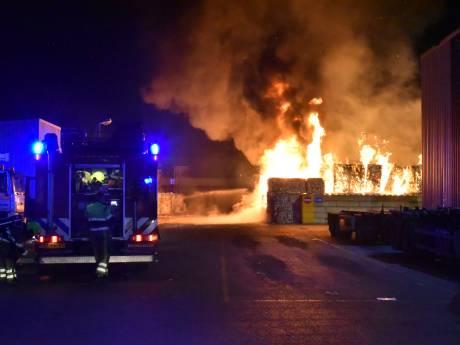 Grote brand bij recyclingbedrijf in Weurt