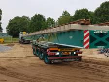Vrachtwagens van 40 meter lang vervoeren spoorwissels naar Zevenaar: 'Maak je niet elke dag mee'