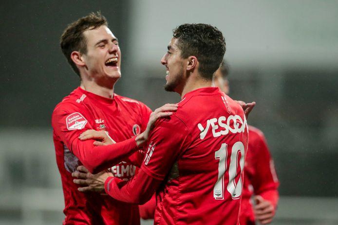 Sander Vereijken (l) en Karim Loukili zorgden samen voor de hoogtepunten aan Helmondse zijde tegen FC Dordrecht.