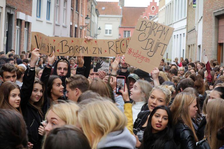 De leerlingen van de Maricolen kwamen massaal op straat en hingen spandoeken op aan de ramen van hun school. Op karton schreven ze boodschappen, zoals 'Waar zijn Bajram z'n rechten?'.
