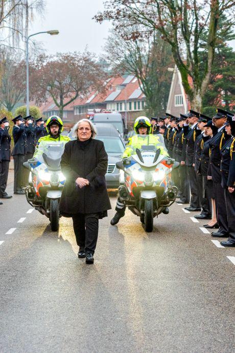 Indrukwekkend afscheid en erehaag voor overleden brandweerman Pim