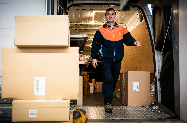 Topdrukte bij een van de sorteercentra van PostNL in Sassenheim.  Beeld Freek van den Bergh / de Volkskrant