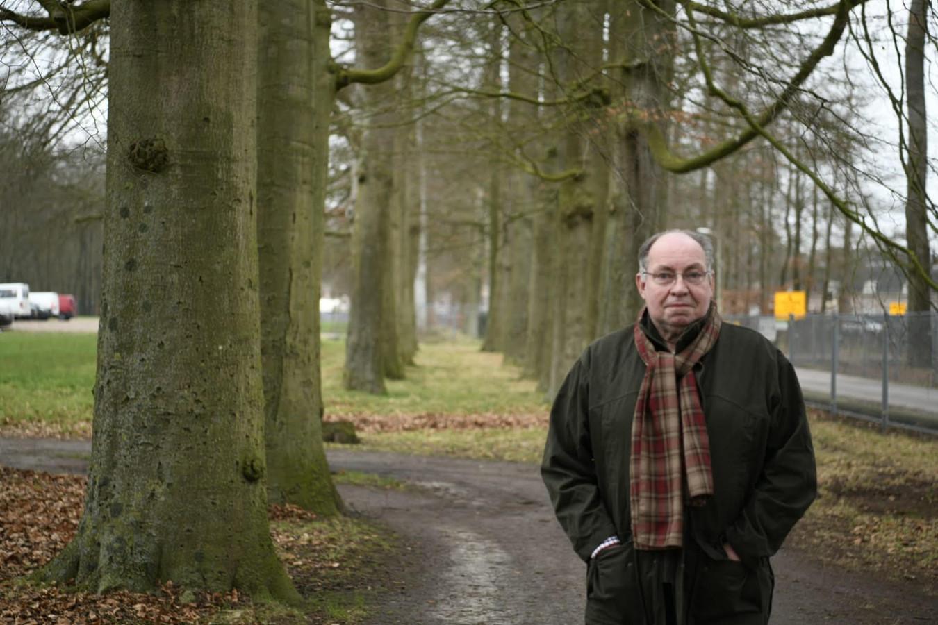 Omwonende Gert Schouten bij de Stallenlaan op het voorterrein van Paleis Het Loo. Ook deze bomen gaan sneuvelen.