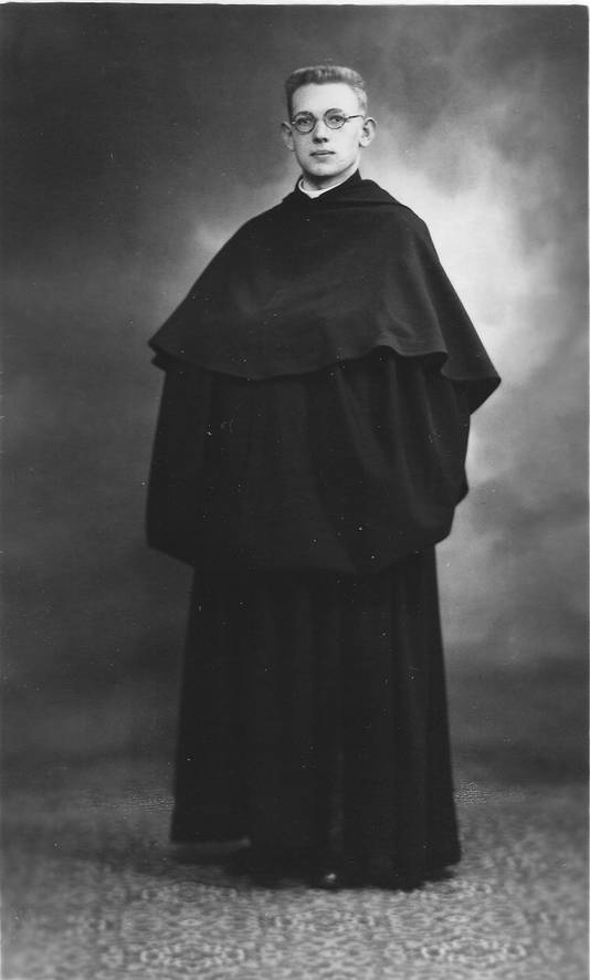 Pater Anselmus Musters uit Ossendrecht (1914-1986) als jonge priester.