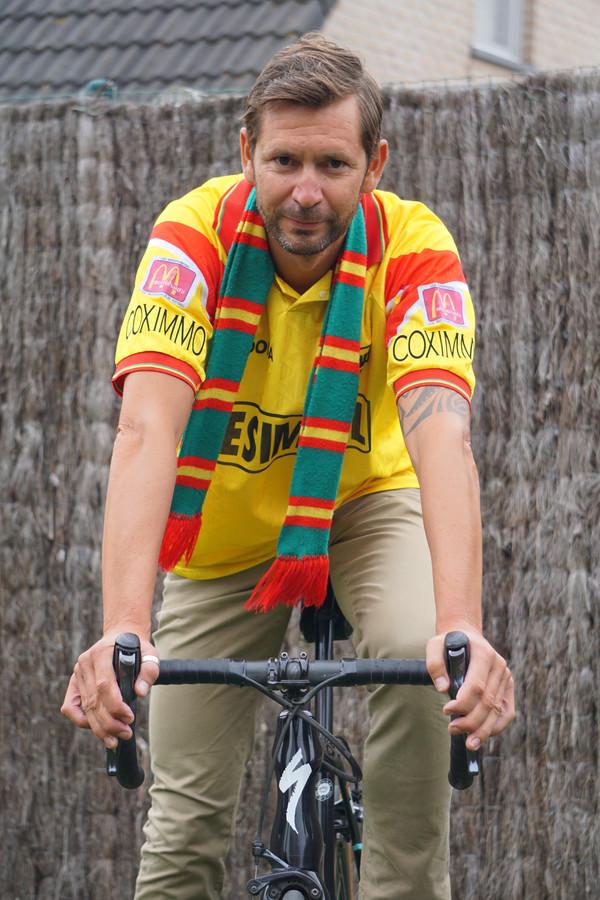 Kristof Van de Cappelle, supporter van KV Oostende in hart en nieren, wipte op z'n koersfiets om het truitje te overhandigen in Stekene.