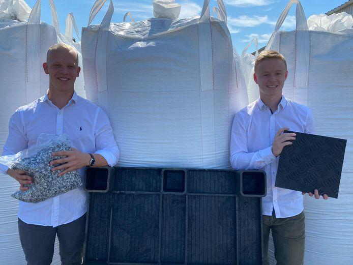 Alex Dingemans (links) en Max Hamm (rechts recycleren kunststofafval tot rijplaten en paletten