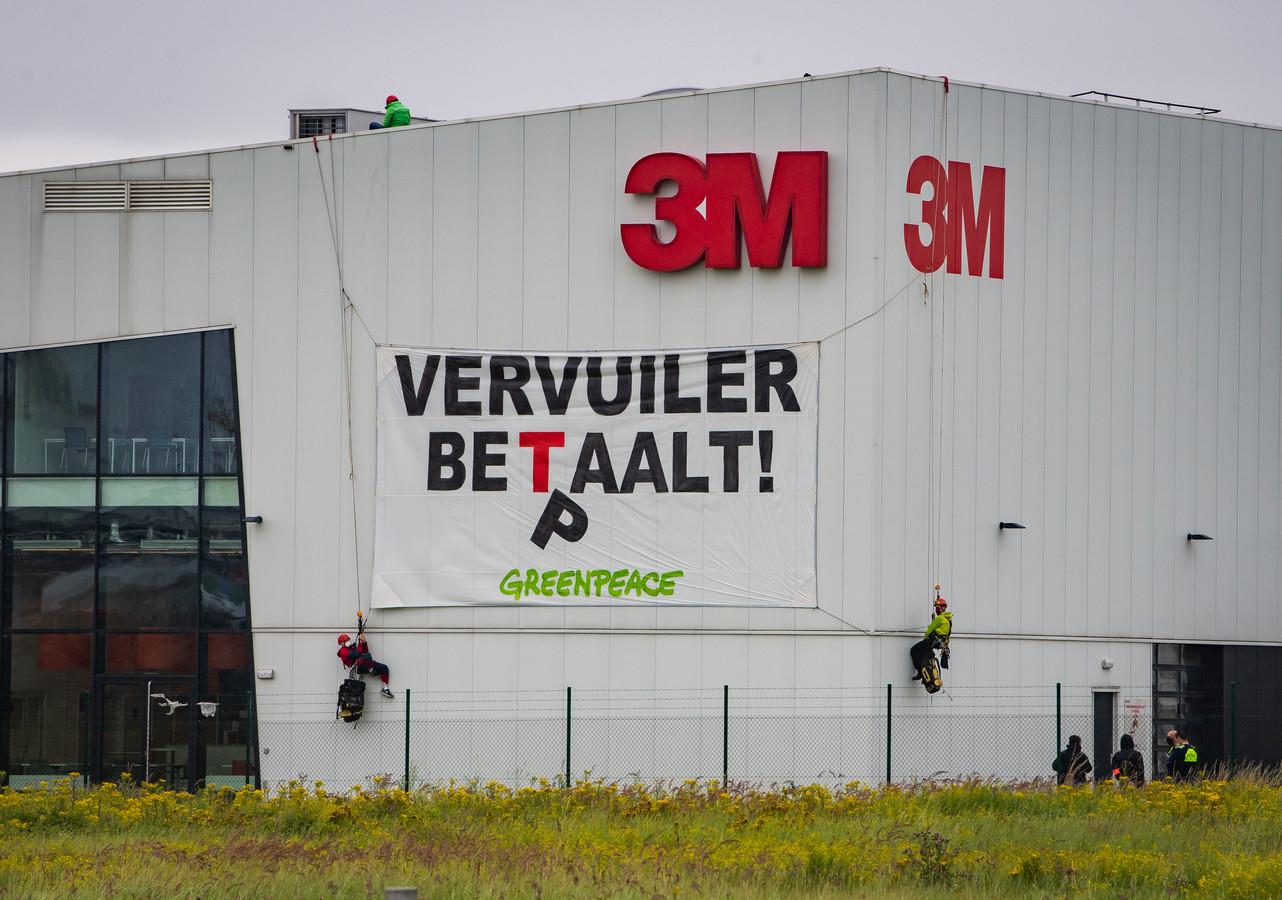 Een actie van Greenpeace bij de 3M-fabriek in Zwijndrecht afgelopen zomer.