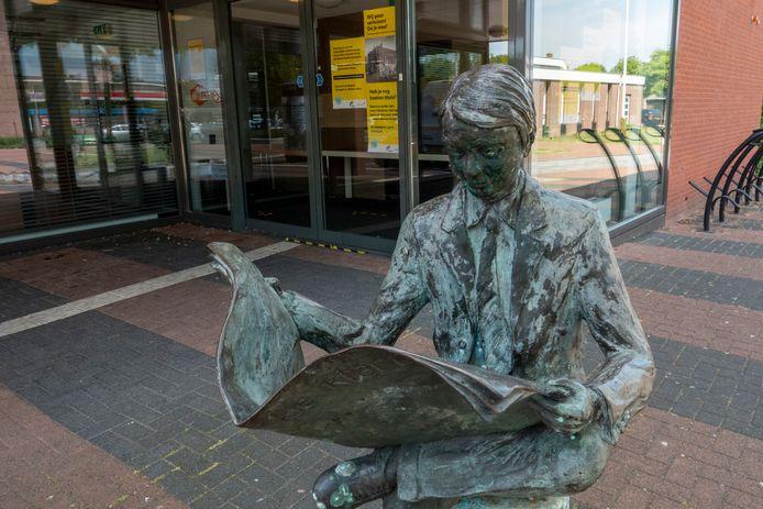 De bibliotheek is al vertrokken uit het pand aan het Wilgenplein in Alblasserdam, maar als het aan bestuur ligt blijft het beeld van de lezende man er staan als herinnering.