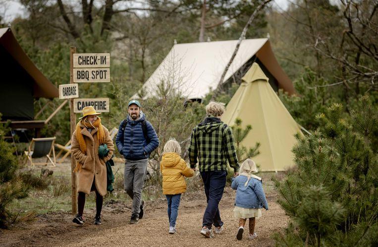 Campinggasten op Glamp Outdoor Camp, een luxecamping op de Veluwe. Veel werknemers ruilen dit jaar de salarisverhoging in voor extra vrije dagen. Beeld ANP